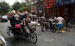 Vicolo di Shanghai con il venditore della bici Fotografia Stock