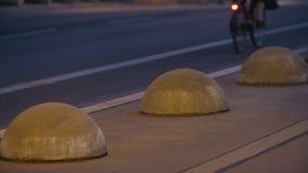 Vicolo di traffico ciclistico in Berlin At Dusk archivi video