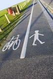 Vicolo doppio - ciclisti e pedoni Immagine Stock Libera da Diritti