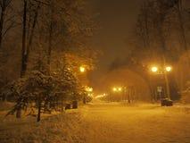 Vicolo durante la nevicata pesante Immagini Stock Libere da Diritti