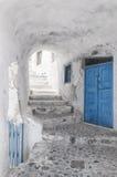 Vicolo e scala stretti su Santorini Fotografia Stock Libera da Diritti