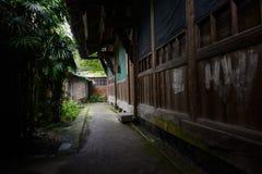 Vicolo fra le case anni '60 cinesi antiche e di legno ombreggiati Immagine Stock Libera da Diritti