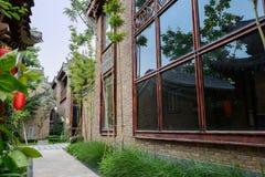 Vicolo fra le costruzioni antiquate cinesi Fotografia Stock Libera da Diritti