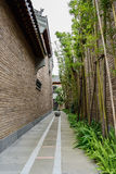 Vicolo fra le costruzioni tradizionali cinesi Immagini Stock