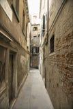 Vicolo fra le costruzioni a Venezia, Italia. Immagine Stock