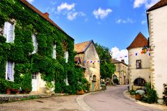 Vicolo frondoso di un villaggio medievale, Borgogna, Francia fotografia stock libera da diritti