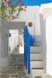 Vicolo greco tradizionale sull'isola di Sifnos Immagini Stock Libere da Diritti