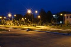 Vicolo illuminato urbano scuro della citt? alla notte fotografie stock