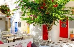 Vicolo imbiancato in Mykonos, Cicladi, Grecia immagini stock