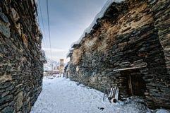 Vicolo invecchiato di inverno in Ushguli Fotografia Stock Libera da Diritti