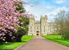 Vicolo lungo della passeggiata al castello di Windsor in primavera, periferia di Londra, Regno Unito Fotografie Stock