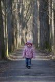 vicolo lungo le camminate sole del bambino Fotografia Stock Libera da Diritti