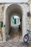 Vicolo. Monopoli. La Puglia. L'Italia. Fotografia Stock