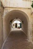 Vicolo. Monopoli. La Puglia. L'Italia. Fotografia Stock Libera da Diritti