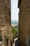 Vicolo nel villaggio di Gordes in Provenza, Francia Immagine Stock Libera da Diritti