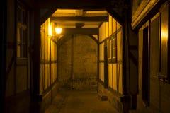 Vicolo nella città di Quedlinburg alla notte, Germania Fotografia Stock