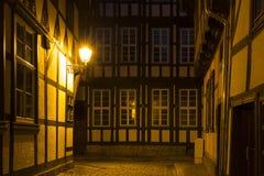 Vicolo nella città di Quedlinburg alla notte, Germania Immagine Stock Libera da Diritti