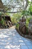 Vicolo per le passeggiate nel tempio thailand immagini stock