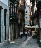Vicolo posteriore stretto nella vecchia città di Oporto, Portogallo immagini stock