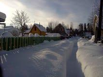 Vicolo profondo di Snowy in villaggio suburbano Fotografie Stock