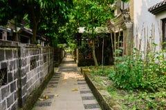 Vicolo protetto fra le case antiquate cinesi nel summe soleggiato Immagini Stock