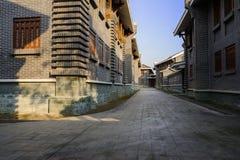 Vicolo protetto fra le costruzioni tradizionali cinesi archaised dentro Fotografia Stock Libera da Diritti