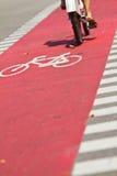 Vicolo rosso della bici Fotografia Stock
