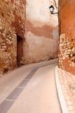 Vicolo rosso - il Roussillon immagine stock