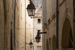 Vicolo rustico con le vecchie Camere del calcare e lanterne, Montpelier, Francia Fotografia Stock