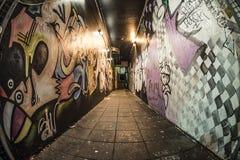 Vicolo scuro alla notte con i graffiti Fotografia Stock Libera da Diritti