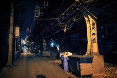 Vicolo scuro della città alla notte Immagini Stock