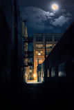 Vicolo scuro della città alla notte con la luna Immagine Stock Libera da Diritti