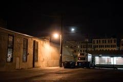 Vicolo scuro della città alla notte con la luna Fotografie Stock Libere da Diritti