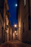 Vicolo scuro nella vecchia città Fotografia Stock Libera da Diritti