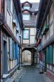 Vicolo stretto fra le case a graticcio medievali fotografie stock