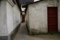 Vicolo stretto fra le costruzioni d'abitazione invecchiate Fotografia Stock Libera da Diritti