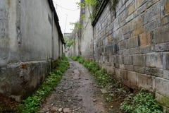 Vicolo stretto fra le costruzioni invecchiate Fotografia Stock