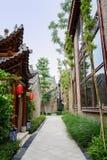 Vicolo stretto fra le costruzioni tradizionali cinesi sulla d soleggiata Fotografia Stock Libera da Diritti