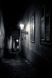 Vicolo stretto misterioso con le lanterne fotografie stock