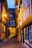Vicolo stretto in Quedlinburg nella sera fotografia stock libera da diritti