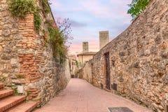 Vicolo stretto a San Gimignano, Toscana, Italia Immagine Stock