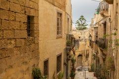 Vicolo stretto in Vittoriosa, Malta Fotografie Stock Libere da Diritti