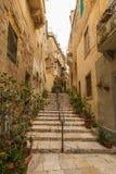 Vicolo stretto in Vittoriosa, Malta Fotografia Stock