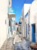Vicolo tipico nella città di Mykonos, Grecia Immagine Stock