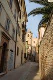 Vicolo in un villaggio medievale dell'Italia Immagine Stock Libera da Diritti