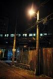 Vicolo urbano scuro alla notte con il treno Fotografia Stock Libera da Diritti