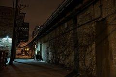 Vicolo urbano scuro della città alla notte Immagine Stock Libera da Diritti