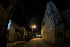 Vicolo urbano scuro della città alla notte Immagini Stock Libere da Diritti