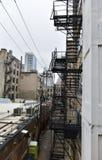 Vicolo urbano su una mattina nebbiosa Fotografia Stock Libera da Diritti