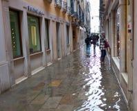 Vicolo a Venezia con alta marea Fotografia Stock
